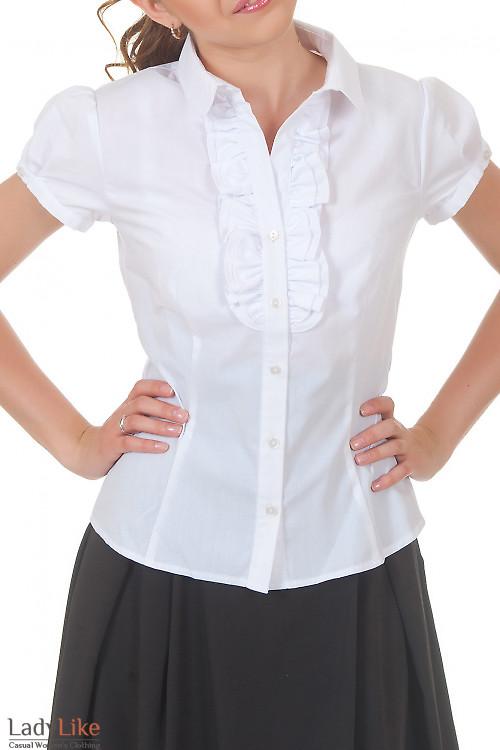 Блузка с двойным белым рюшем Деловая женская одежда