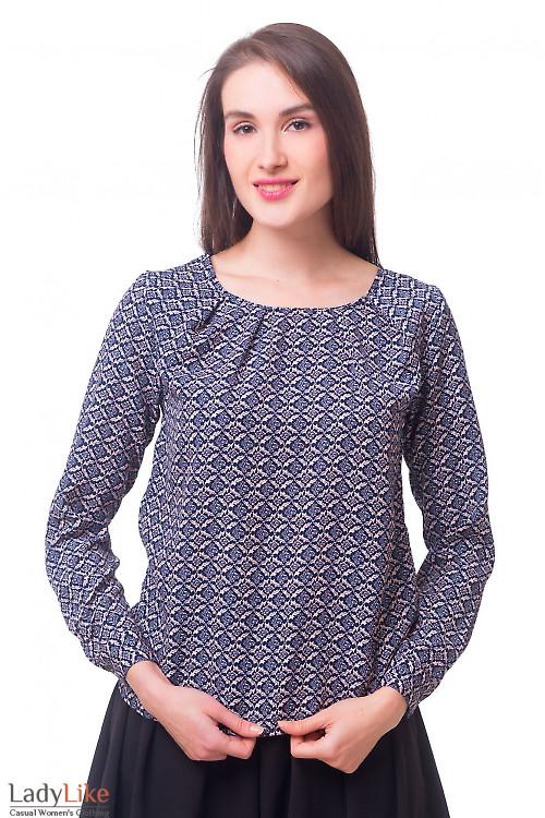 Блузка в орнамент с защипами по горловине Деловая женская одежда