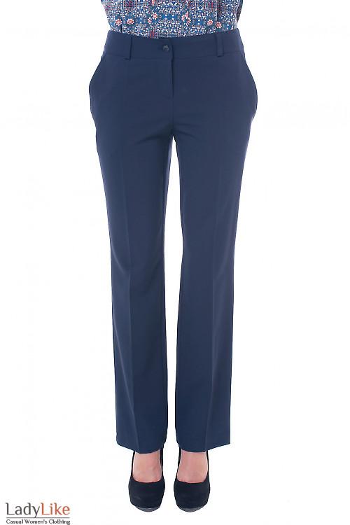 Брюки синие, прямые от бедра. Деловая женская одежда фото