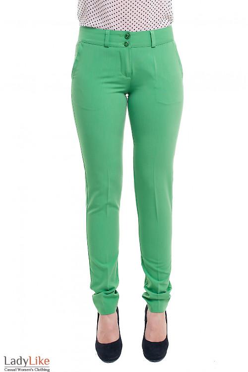 Брюки зеленые зауженные с вставкой на кармане. Деловая женская одежда
