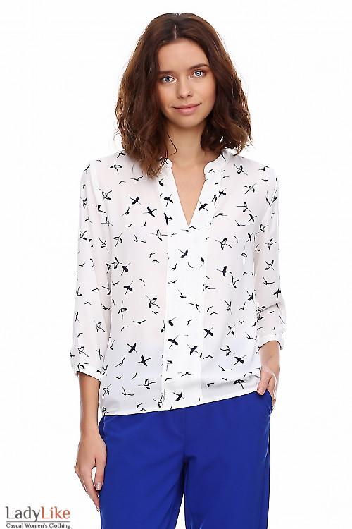 Блузка белая в синие журавли. Деловая женская одежда фото