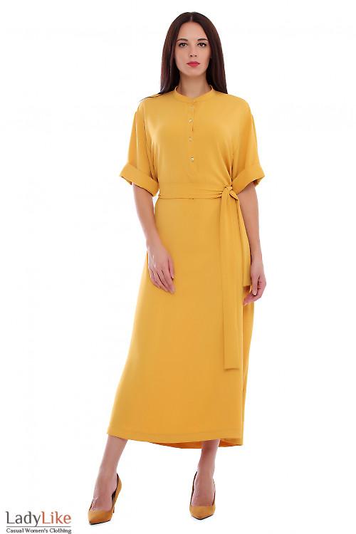 Платье горчичное со стойкой. Деловая женская одежда фото