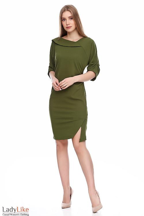 Платье зеленое со сборкой сбоку. Деловая женская одежда фото