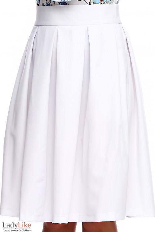 Купить белую в складку юбку с карманами. Деловая женская одежда фото