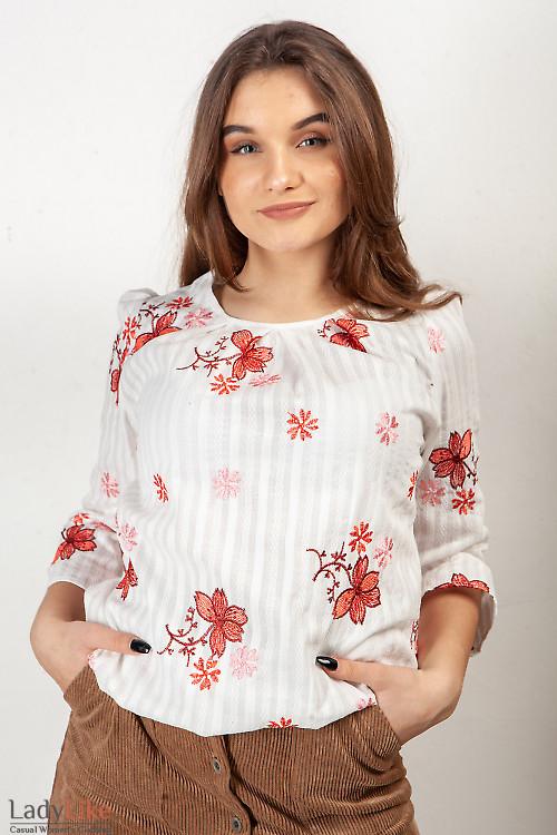 Блузка белая с вышивкой. Деловая женская одежда фото