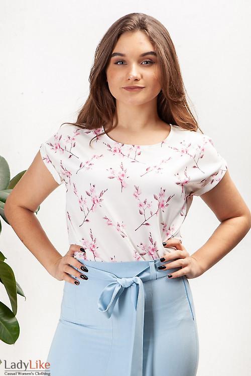 Купить белую блузку в малиновый цветок. Деловая женская одежда фото