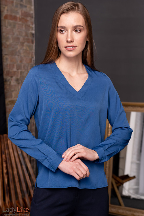 Блузка синяя с V-образной горловиной. Деловая одежда