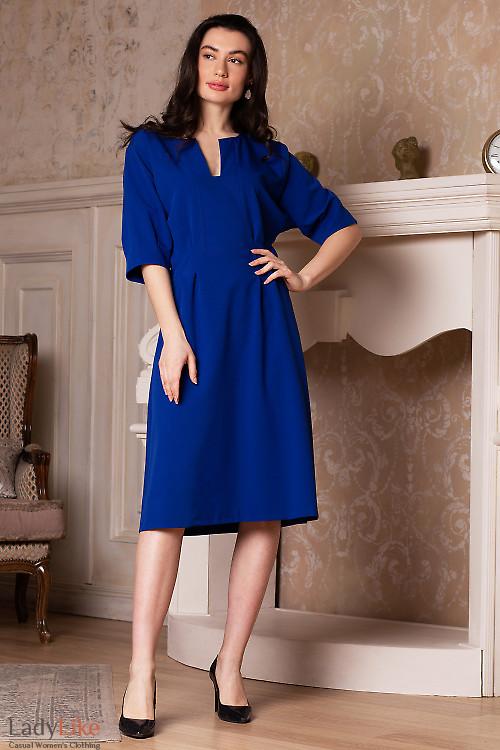 Платье электрик с разрезом. Деловая женская одежда фото