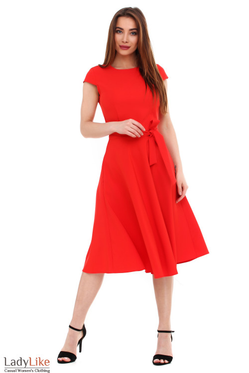 Платье красное пышное с поясом. Деловая женская одежда фото
