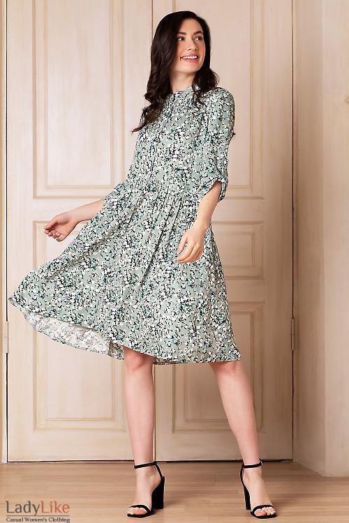 Платье мятное в цветы с оборкой. Деловая женская одежда фото