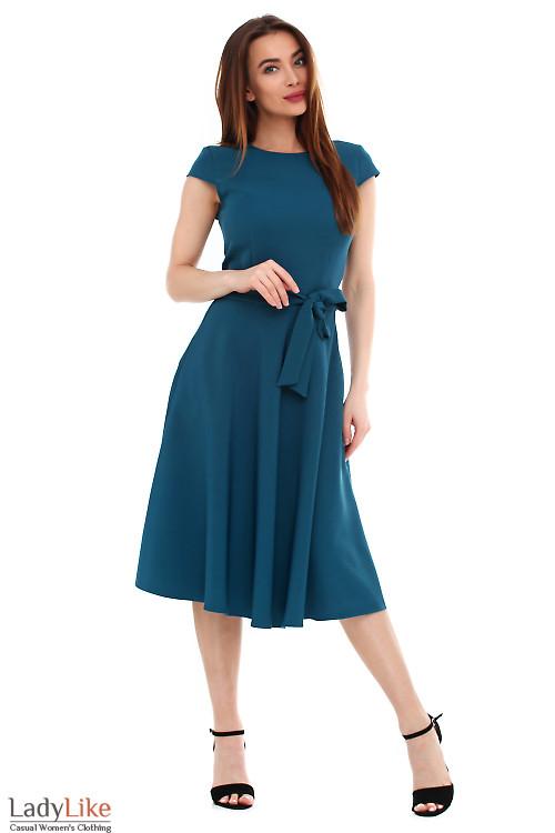 Платье зеленое пышное с поясом. Деловая женская одежда фото