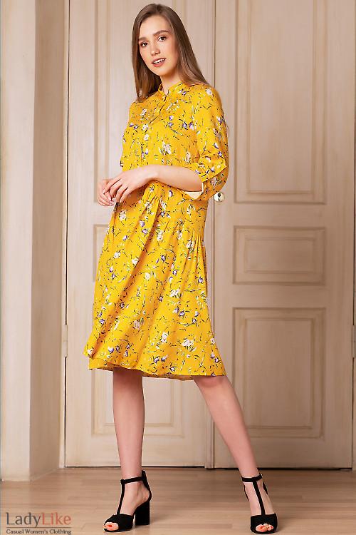 Платье желтое в цветы с оборкой. Деловая женская одежда фото