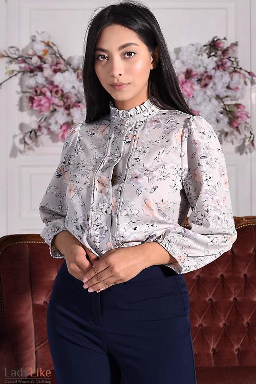 Блузка серая в цветы с рюшем. Деловая женская одежда
