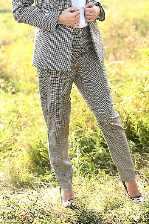 Стильные женские брюки строгого кроя. Деловая женская одежда фото