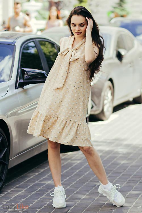 Бежевое платье в цветочек с бантом. Деловая женская одежда фото