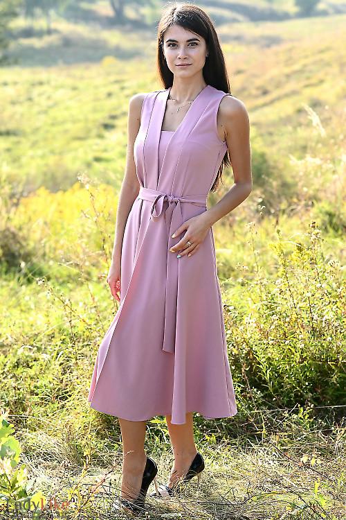 Розовое платье без рукавов с поясом. Деловая женская одежда фото