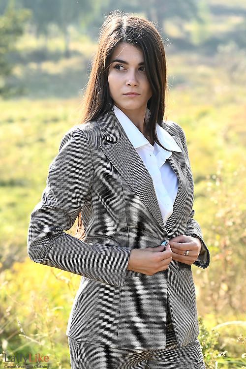 Стильный строгий жакет в лапку. Деловая женская одежда фото