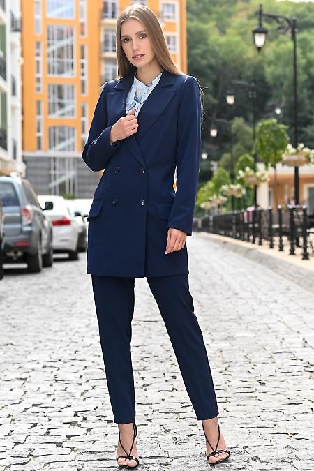 Женский синий костюм с удлиненным жакетом.