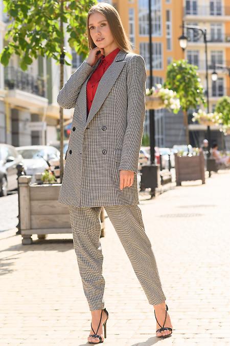 Брючный костюм в лапку с удлиненным пиджаком