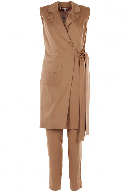 Брючный костюм бежевого цвета с длинным жилетом. Деловая женская одежда