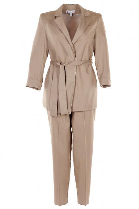 Брючный костюм бежевого цвета с жакетом под пояс. Деловая женская одежда