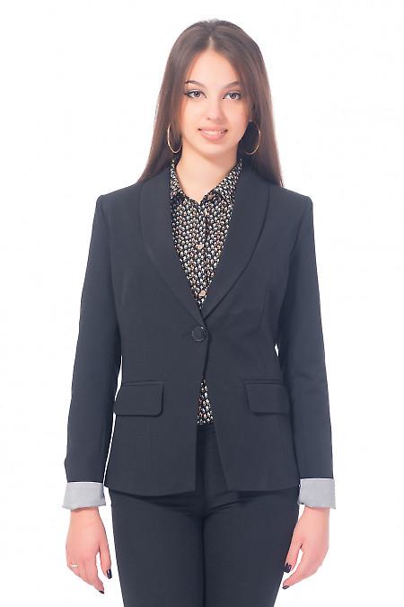 Жакет черный удлиненный с полосатой манжетой. Деловая женская одежда