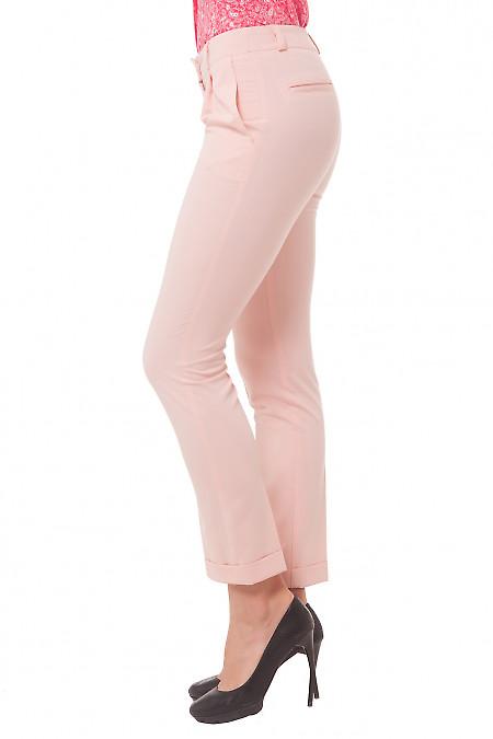 Укороченные розовые брюки фото