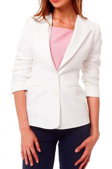 Жакет белый удлиненный со сборкой на рукаве. Деловая женская одежда