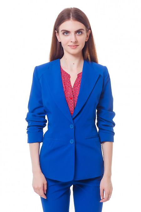 Жакет цвета электрик со сборкой на рукаве. Деловая женская одежда
