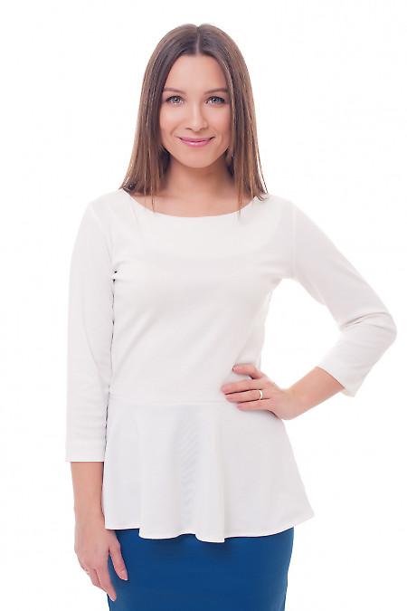 Блуза біла трикотажна з баскою. Діловий жіночий одяг