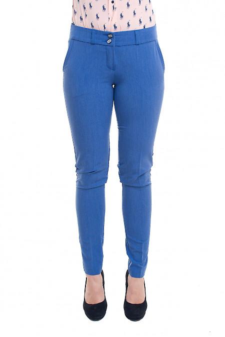 Блакитні брюки під джинс. Діловий жіночий одяг фото