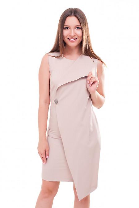 Платье бежевое с брошкой. Деловая женская одежда фото