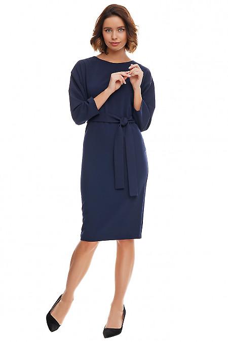 Синее платье-футляр с опущенным плечом. Деловая женская одежда фото