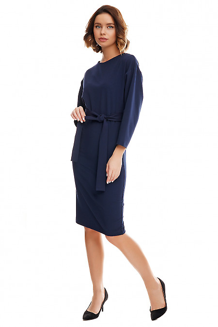 Купить синее платье-футляр с опущенным плечом. Деловая женская одежда фото