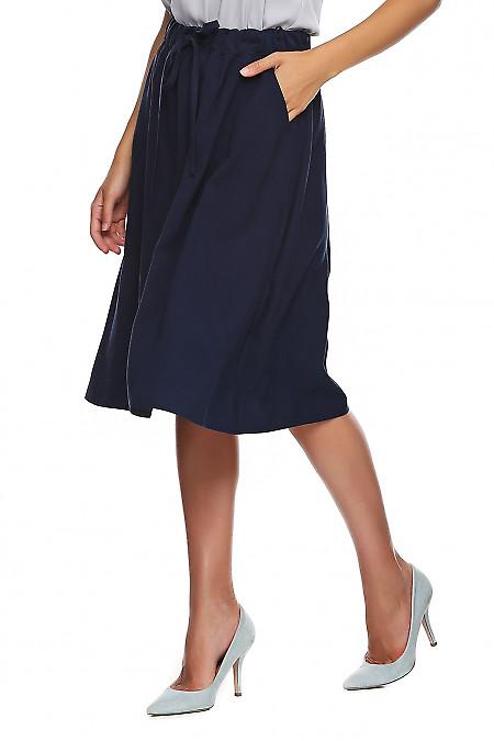 Деловая юбка синего цвета на резинке