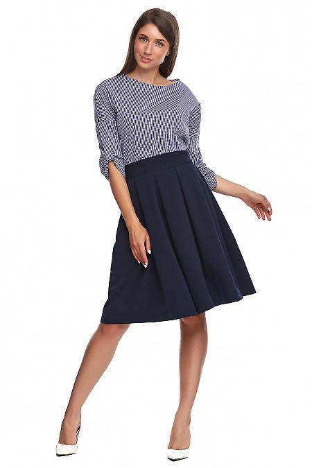 Юбка синяя в складку с высоким поясом. Деловая женская одежда фото