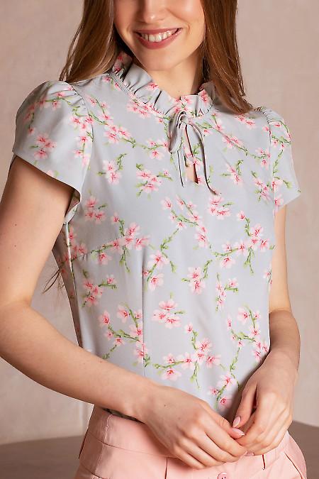 Купить блузку голубую в розовые цветы. Деловая женская одежда фото