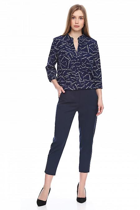 Блузка синяя в белые буквы на резинке. Деловая женская одежда фото