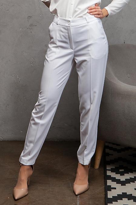 Брюки белые летние с карманами. Деловая женская одежда фото
