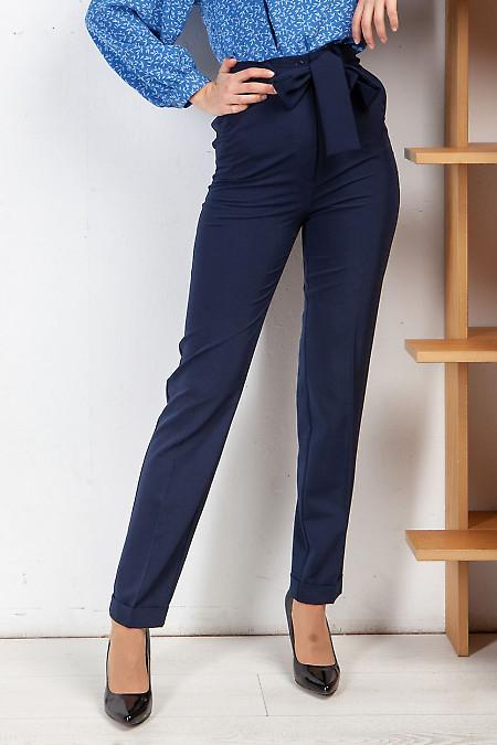Брюки синие женские под пояс. Деловая женская одежда фото