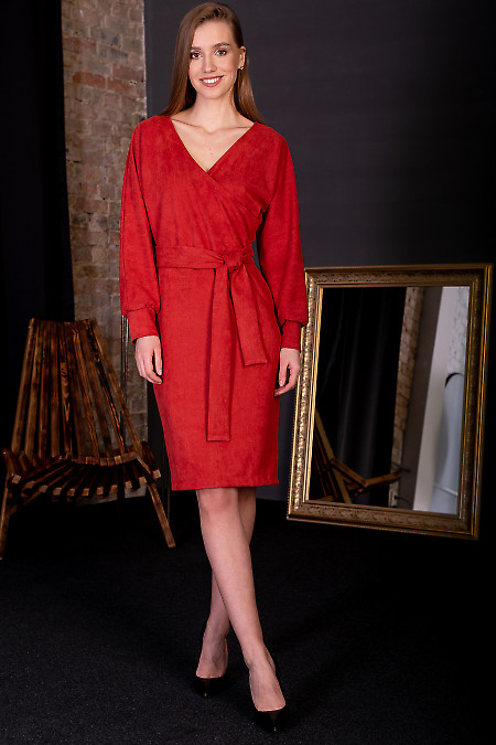 Сукня з червоного замшу. Діловий жіночий одяг фото