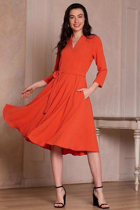 Платье оранжевое с поясом. Деловая женская одежда фото