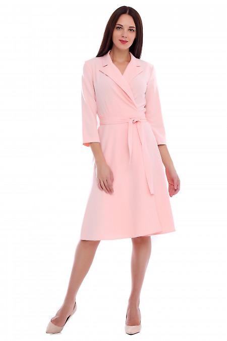 Платье розовое на запах с поясом. Деловая женская одежда фото