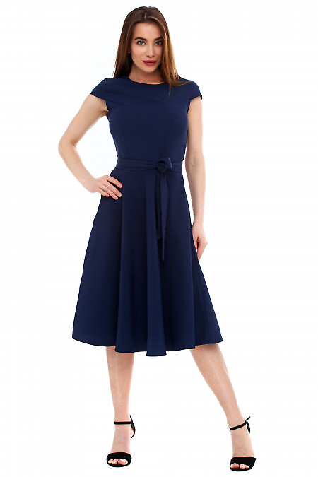 Платье темно-синее пышное с поясом. Деловая женская одежда фото