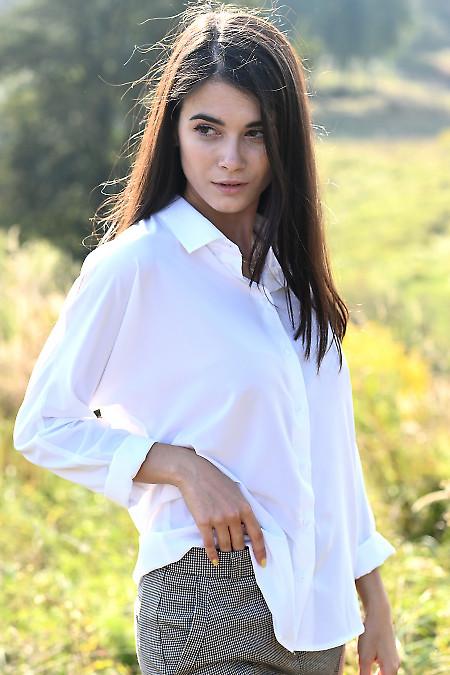 Белая блузка оверсайз с манжетой. Деловая женская одежда фото