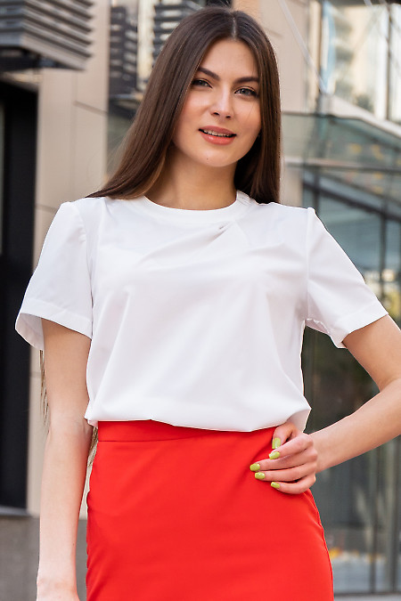 Блузка белая с защипом на горловине. Деловая женская одежда фото