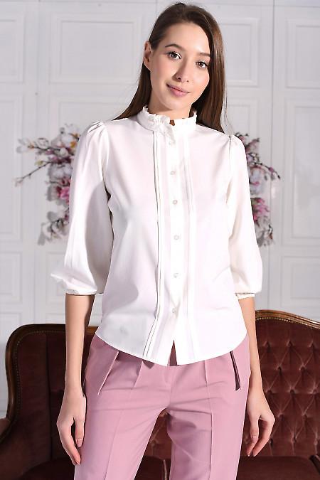 Блузка молочная с рюшем. Деловая женская одежда фото