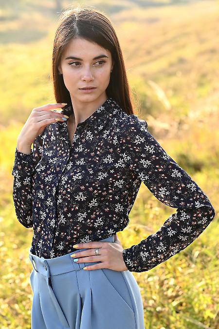 Купить синюю прямую блузку в цветы. Деловая женская одежда фото