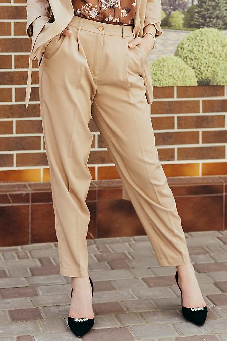 Бежевые женские брюки с защипами. Деловая женская одежда фото