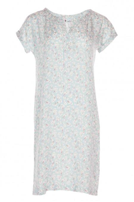 Платье голубое в цветок с разрезом на горловине. Деловая женская одежда фото